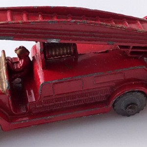 Matchbox 1.75 Reg # 9a - Dennis Fire Brigade -early version - gap below drivers feet (1)
