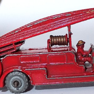 Matchbox 1.75 Reg # 9a - Dennis Fire Brigade -early version - gap below drivers feet (7)