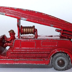Matchbox 1.75 Reg # 9a - Dennis Fire Brigade -early version - gap below drivers feet (9)