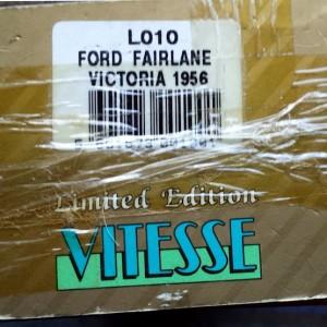 W894-40.3 . Vitesse L010  Ford Fairlane Victoria 1956 - Blue and White   (9)
